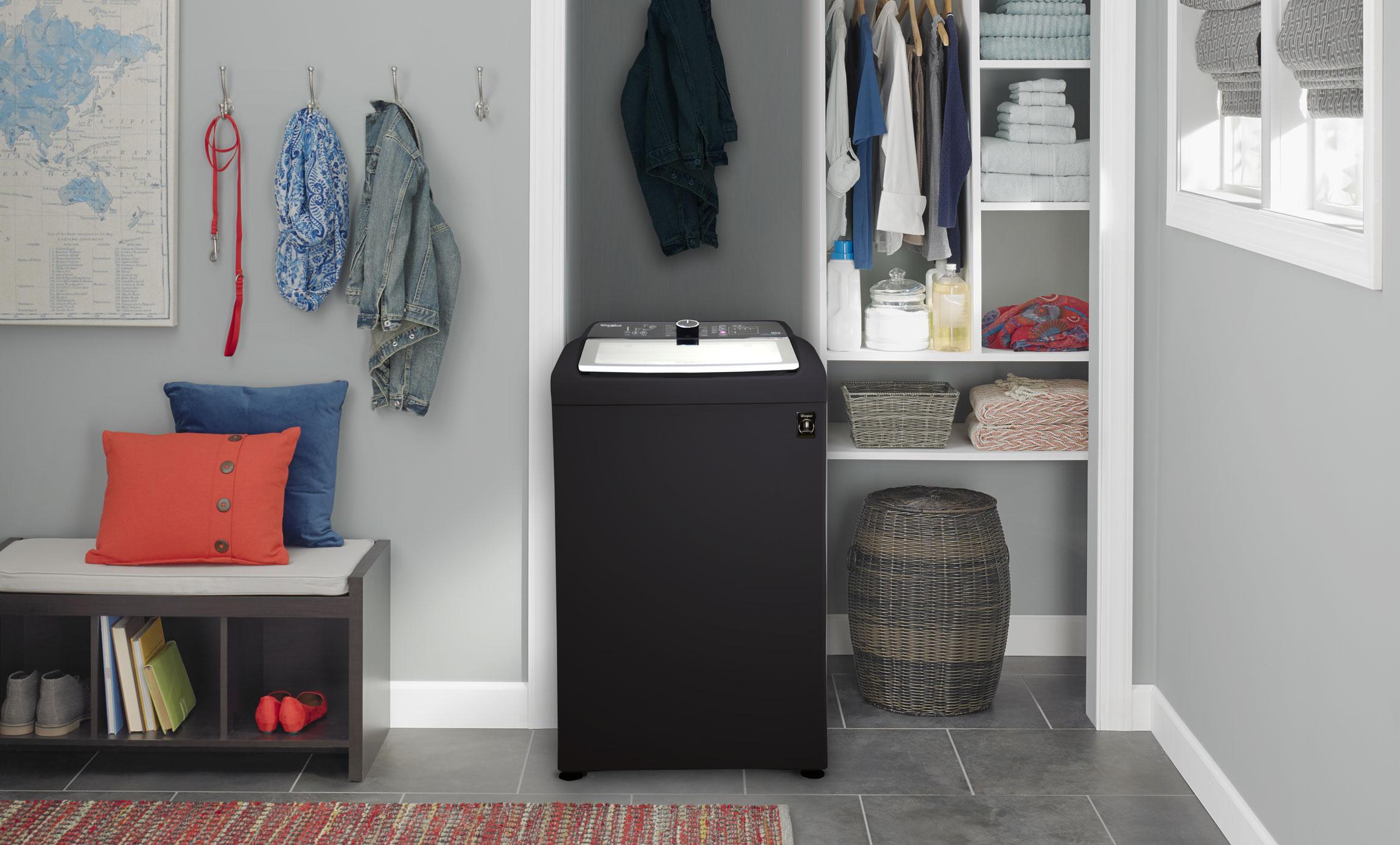 Impresionante presencia en tus espacios de esta lavadora de 18 Kg Negra